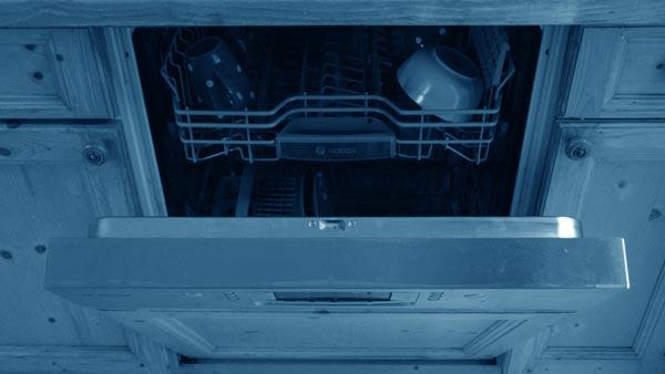 Eine halb geöffnete Spülmaschine mit etwas Geschirr darin