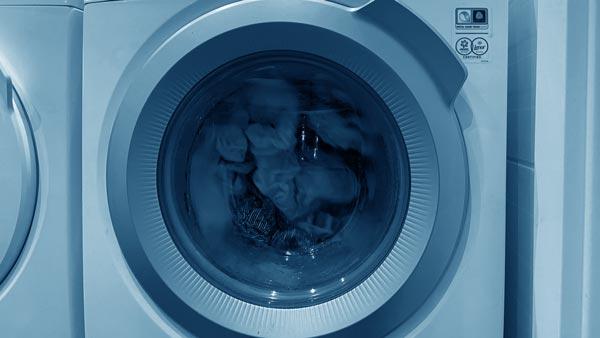 Blick in eine voll beladene Waschmaschine